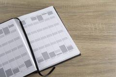 Ανοικτό ημερολόγιο σε μια ξύλινη επιφάνεια Στοκ εικόνες με δικαίωμα ελεύθερης χρήσης