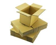 Ανοικτό κανονικό αυλακωμένο χαρτοκιβώτιο εμπορευματοκιβωτίων στο συσσωρευμένο κιβώτιο Στοκ Φωτογραφίες