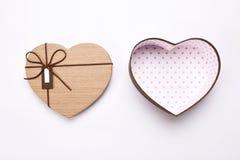 Ανοικτό κενό κιβώτιο δώρων μορφής καρδιών με τη ευχετήρια κάρτα στοκ φωτογραφία με δικαίωμα ελεύθερης χρήσης