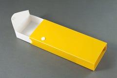 Ανοικτό κενό κιβώτιο μολυβιών στο γκρίζο υπόβαθρο. Στοκ Φωτογραφία