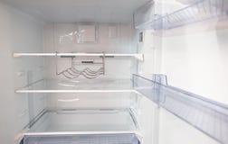 Ανοικτό κενό νέο άσπρο ψυγείο μέσα στο ψυγείο με τα ράφια στοκ φωτογραφίες με δικαίωμα ελεύθερης χρήσης