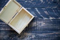 Ανοικτό κενό ξύλινο κιβώτιο στο ξύλινο υπόβαθρο Στοκ Φωτογραφίες