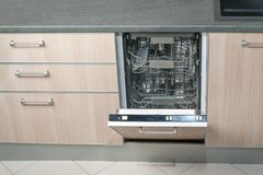 Ανοικτό κενό πλυντήριο πιάτων στην κουζίνα Σύγχρονη έξυπνη ηλεκτρονική τεχνολογία οικοκυρικής στοκ φωτογραφίες με δικαίωμα ελεύθερης χρήσης