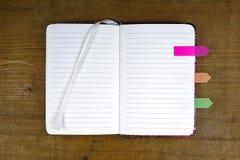 Ανοικτό κενό σημειωματάριο με τις ζωηρόχρωμες ετικέττες Στοκ Φωτογραφίες