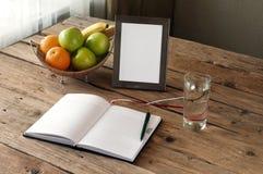 Ανοικτό κενό σημειωματάριο σε έναν ξύλινο πίνακα στοκ φωτογραφία με δικαίωμα ελεύθερης χρήσης
