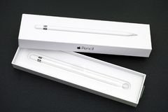 Ανοικτό κιβώτιο μολυβιών της Apple με το νέο μολύβι της Apple μέσα Στοκ φωτογραφίες με δικαίωμα ελεύθερης χρήσης