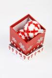 Ανοικτό κιβώτιο Χριστουγέννων με την κόκκινη και άσπρη σφαίρα Χριστουγέννων μέσα Στοκ Εικόνες