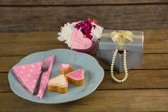Ανοικτό κιβώτιο δώρων με τα μπισκότα μορφής βάζων και καρδιών λουλουδιών Στοκ Φωτογραφία