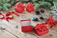 Ανοικτό κιβώτιο δώρων Χριστουγέννων κόκκινο με τα παιχνίδια Χριστουγέννων Στοκ Εικόνες
