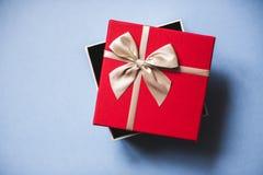 Ανοικτό κόκκινο δώρο με το τόξο στην μπλε τοπ άποψη υποβάθρου Στοκ φωτογραφία με δικαίωμα ελεύθερης χρήσης