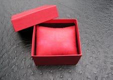 Ανοικτό κόκκινο κιβώτιο δώρων με το κόκκινο μαξιλάρι μέσα Στοκ εικόνες με δικαίωμα ελεύθερης χρήσης
