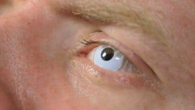 Ανοικτό μάτι ατόμων με το άσπρο lense απόθεμα βίντεο