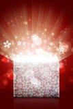 Ανοικτό μαγικό κιβώτιο δώρων με το κόκκινο υπόβαθρο Στοκ Εικόνες