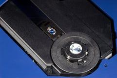 Ανοικτό μηχάνημα αναπαραγωγής CD που παρουσιάζει το λέιζερ και άξονα στοκ εικόνες