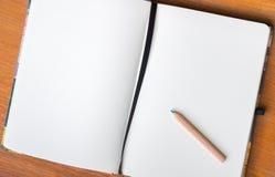 ανοικτό μολύβι βιβλίων στοκ εικόνα με δικαίωμα ελεύθερης χρήσης
