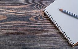 Ανοικτό μολύβι σημειωματάριων στην εκλεκτής ποιότητας ξύλινη έννοια εκπαίδευσης πινάκων Στοκ Φωτογραφίες