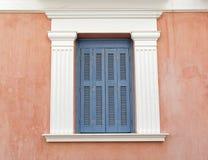 Ανοικτό μπλε παράθυρο παραθυρόφυλλων με το άσπρο πλαίσιο Στοκ φωτογραφία με δικαίωμα ελεύθερης χρήσης