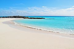 Ανοικτό μπλε cristal παραλία νερού στοκ φωτογραφία με δικαίωμα ελεύθερης χρήσης