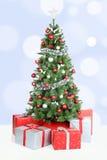 Ανοικτό μπλε διακόσμηση χιονιού εμβλημάτων υποβάθρου χριστουγεννιάτικων δέντρων Στοκ εικόνες με δικαίωμα ελεύθερης χρήσης