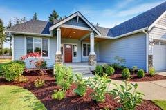 Ανοικτό μπλε να πλαισιώσει σπίτι Μέρος με τις στήλες βάσεων πετρών στοκ φωτογραφία με δικαίωμα ελεύθερης χρήσης