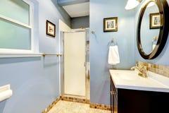 Ανοικτό μπλε λουτρό με την περιποίηση κεραμιδιών στοκ φωτογραφία
