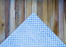 Ανοικτό μπλε πετσέτα ελέγχου στο ξύλινο υπόβαθρο σανίδων Στοκ φωτογραφία με δικαίωμα ελεύθερης χρήσης