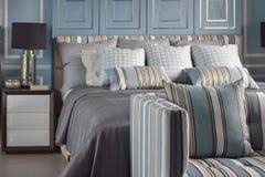 Ανοικτό μπλε ρομαντικό ύφος με το λαμπτήρα ανάγνωσης και το comfy καναπέ στοκ εικόνες