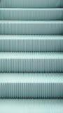 Ανοικτό μπλε σχέδιο κυλιόμενων σκαλών, βήμα κινηματογραφήσεων σε πρώτο πλάνο, σύσταση Στοκ Εικόνα