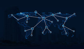 Ανοικτό μπλε σύνδεση παγκόσμιων χαρτών στο υπόβαθρο πόλεων, σφαιρικό netwo Στοκ φωτογραφία με δικαίωμα ελεύθερης χρήσης