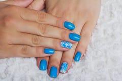 Ανοικτό μπλε τέχνη καρφιών με τα λουλούδια στο κλωστοϋφαντουργικό προϊόν Στοκ εικόνα με δικαίωμα ελεύθερης χρήσης