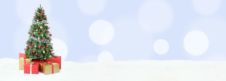 Ανοικτό μπλε χρυσές σφαίρες de χιονιού εμβλημάτων υποβάθρου χριστουγεννιάτικων δέντρων Στοκ εικόνα με δικαίωμα ελεύθερης χρήσης