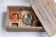 Ανοικτό ξύλινο κιβώτιο με τα σύνολα Στοκ φωτογραφία με δικαίωμα ελεύθερης χρήσης
