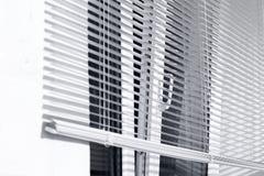 Ανοικτό παράθυρο και ανοικτοί τυφλοί στοκ εικόνα με δικαίωμα ελεύθερης χρήσης