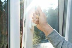 Ανοικτό παράθυρο χεριών Στοκ φωτογραφία με δικαίωμα ελεύθερης χρήσης