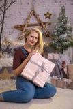 Ανοικτό παρόν κιβώτιο δώρων γυναικών Χριστουγέννων στο δωμάτιο Χριστουγέννων, δέντρο διακοπών Στοκ φωτογραφία με δικαίωμα ελεύθερης χρήσης