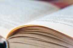 Ανοικτό παλαιό βιβλίο Κιτρινισμένες σελίδες σύσταση εγγράφου Μακροεντολή στοκ φωτογραφία