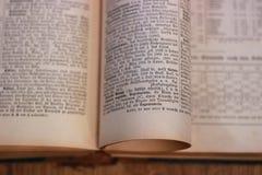 Ανοικτό παλαιό βιβλίο antiquate Στοκ φωτογραφίες με δικαίωμα ελεύθερης χρήσης