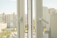 Ανοικτό πλαστικό παράθυρο σε ένα επίπεδο στοκ εικόνες