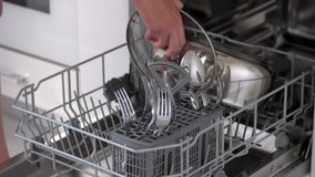 Ανοικτό πλυντήριο πιάτων με τα καθαρά μαχαιροπήρουνα φιλμ μικρού μήκους