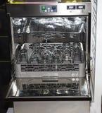 Ανοικτό πλυντήριο πιάτων με το καθαρά γυαλί, τα φλυτζάνια, τα πιάτα και τα πιάτα Στοκ Εικόνες
