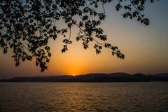 Ανοικτό πορτοκαλί βουνό χρώματος ήλιων Sunsets Στοκ εικόνες με δικαίωμα ελεύθερης χρήσης