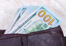 Ανοικτό πορτοφόλι με έναν σωρό των τραπεζογραμματίων εκατό δολαρίων Στοκ φωτογραφία με δικαίωμα ελεύθερης χρήσης