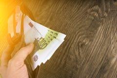 Ανοικτό πορτοφόλι με τις εκατοντάδες στο αρσενικό χέρι Στοκ εικόνα με δικαίωμα ελεύθερης χρήσης
