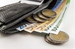 Ανοικτό πορτοφόλι ατόμων ` s δέρματος με τους ευρο- λογαριασμούς, τα νομίσματα και το γ τραπεζογραμματίων Στοκ Φωτογραφία