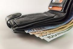 Ανοικτό πορτοφόλι ατόμων ` s δέρματος με τους ευρο- λογαριασμούς, τα νομίσματα και το γ τραπεζογραμματίων Στοκ Φωτογραφίες