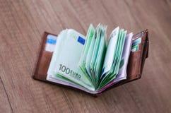 Ανοικτό πορτοφόλι με το ευρο- νόμισμα στον ξύλινο πίνακα Στοκ φωτογραφία με δικαίωμα ελεύθερης χρήσης