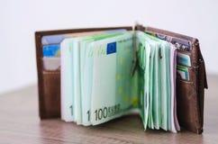 Ανοικτό πορτοφόλι με το ευρο- νόμισμα στον ξύλινο πίνακα Στοκ Φωτογραφίες