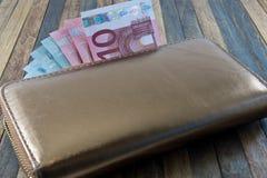 Ανοικτό πορτοφόλι με το ευρο- νόμισμα στον ξύλινο πίνακα Στοκ Εικόνες