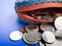Ανοικτό πορτοφόλι με το διεθνές νόμισμα στο μπλε υπόβαθρο Στοκ φωτογραφίες με δικαίωμα ελεύθερης χρήσης