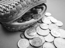 Ανοικτό πορτοφόλι με το διεθνές νόμισμα στο μπλε υπόβαθρο Στοκ εικόνες με δικαίωμα ελεύθερης χρήσης